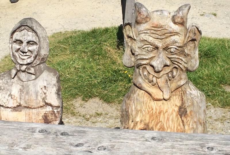 Die geschnitzen Stühle der Sulzenau Alm im Stubai beim WildeWasserWeg