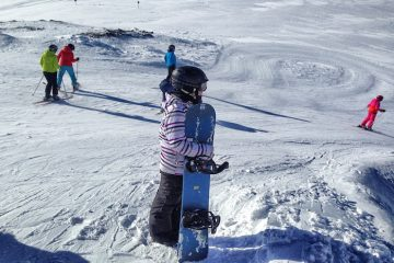 Snowboarden im Stubai und Anne mit ihrem Snowboard