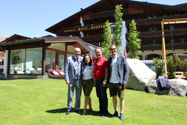 spa-hotel-jagdhof_empfang-stanislaw-tschertschessow_christina_armin-alban-pfurtscheller-c - tvbstubaitirol